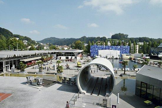 KKL Luzern je nová budova v blízkosti řeky ve městě Luzern ve Švýcarsku.